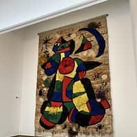 Acostant Miró als nens i nenes de Primer.